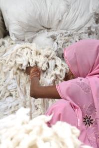 Die Baumwolle wird von Hand sortiert