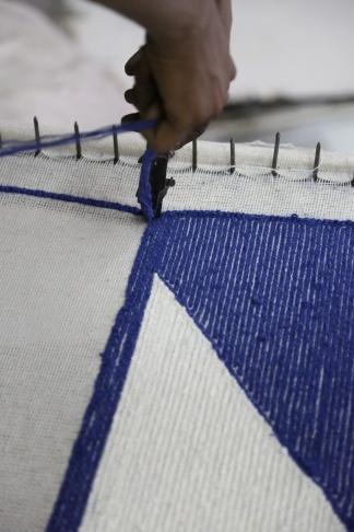Stück für Stück werden Muster von Hand aufgenäht