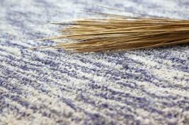 Der fertige Teppich wird gebürstet